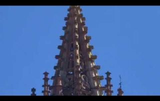 Musica, turistas y fiesta en la plaza de la Catedral de Oviedo