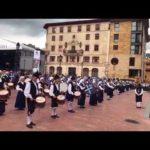 Banda de gaitas Ciudad de Oviedo ante la Catedral en la fiesta de San Mateo